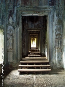 The hall inside Angkor Wat that connects one building/section to another